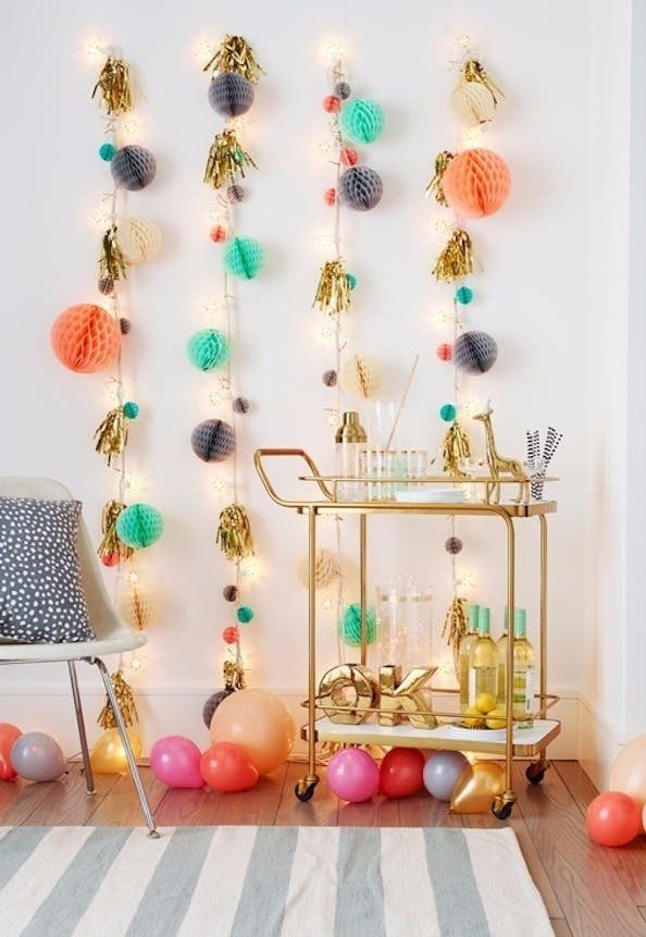 Festa de aniversario decorada com luzes na parede