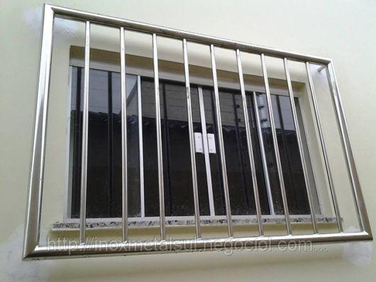 Grades cromadas na janela do quarto