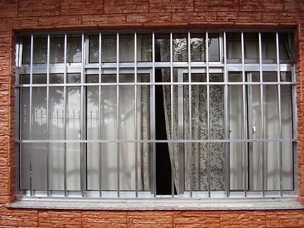 Grades embutidas na parede na janela do quarto