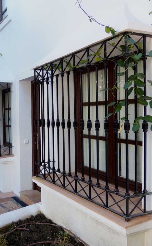 Grades marrom na janela do quarto em uma casa