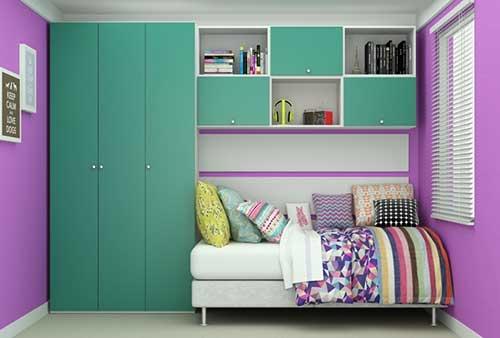 Guarda roupa verde e paredes em lilás