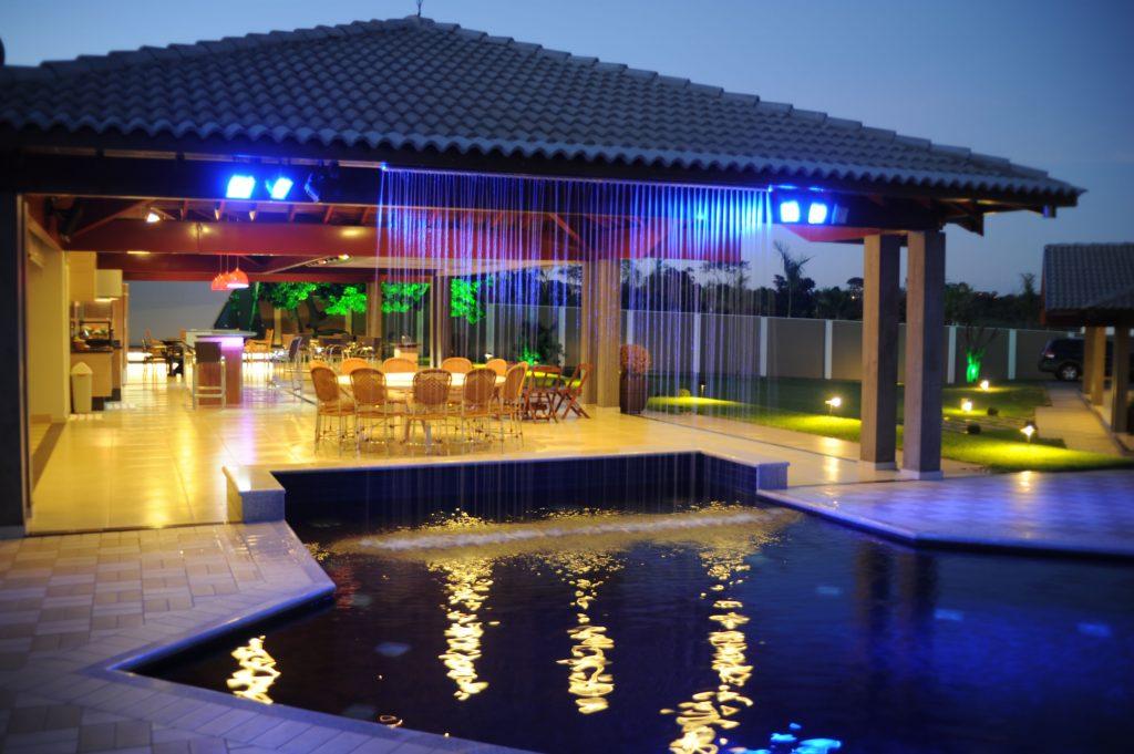 Iluminação azul perto da piscina no jardim