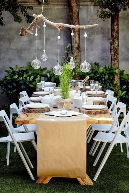 Iluminação com lampadas em cima da mesa no jardim