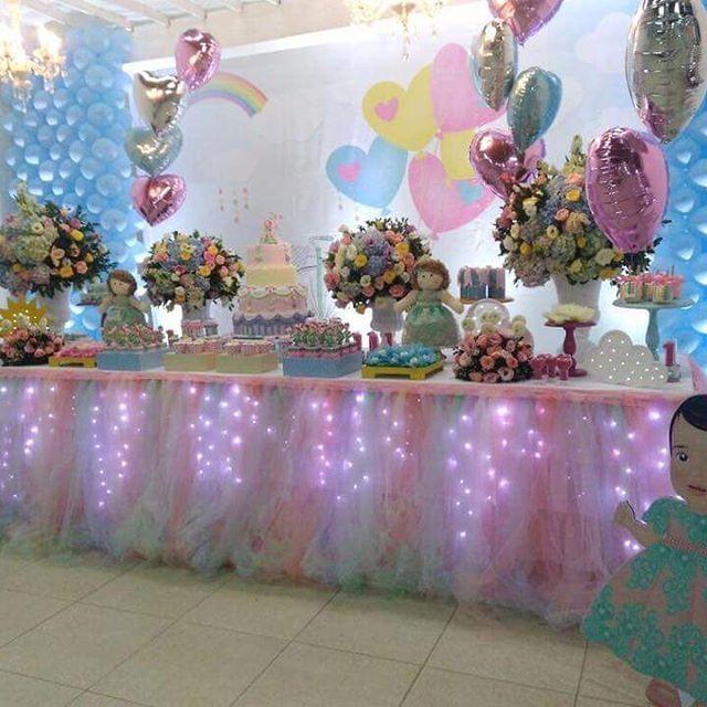 Iluminação decorando a mesa principal da festa