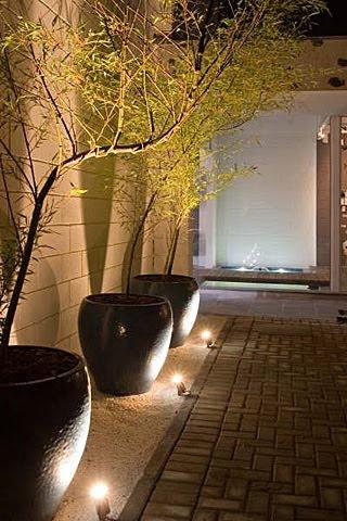 Iluminação perto do muro no jardim