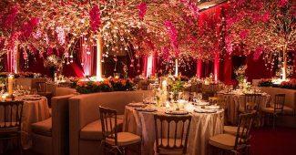 Iluminação vermelha em um casamento