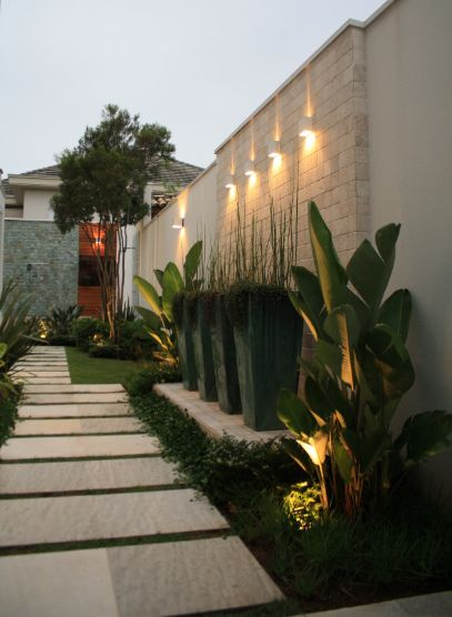 Iluminação vertical no alto do muro no jardim