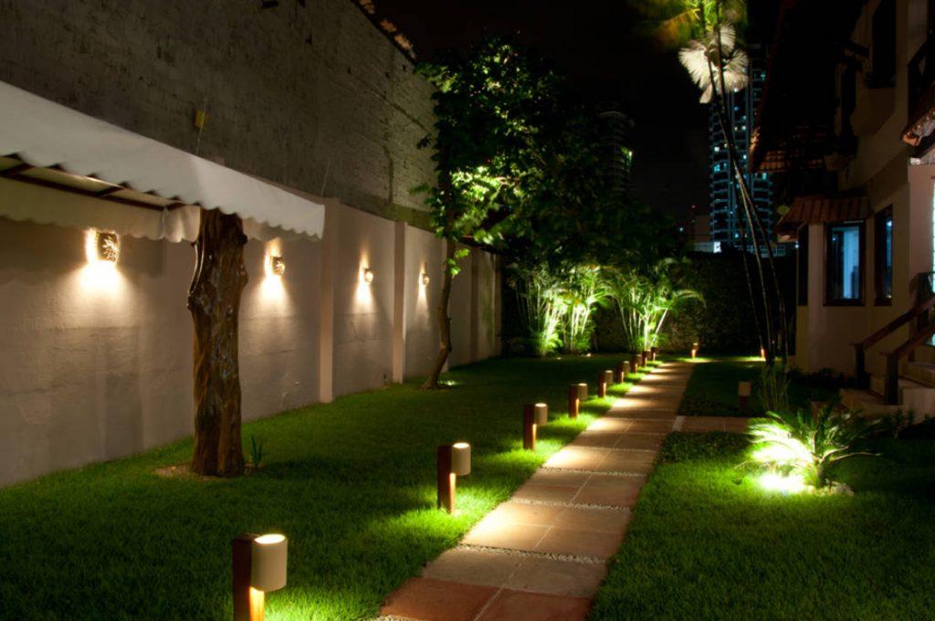 Iluminação vertical nos muros do jardim