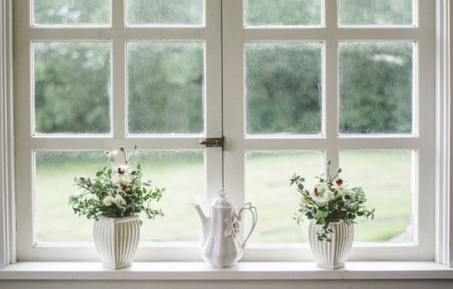 Janela branca com flores