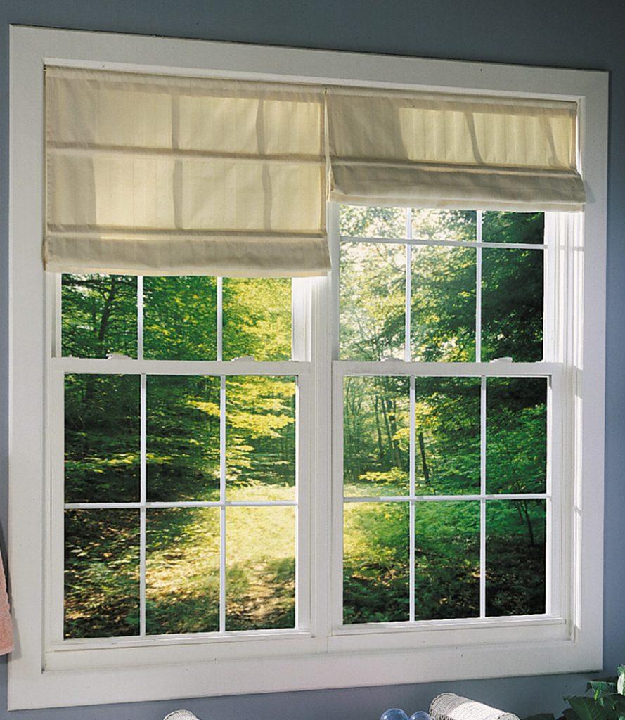 Janela com cortina no quarto