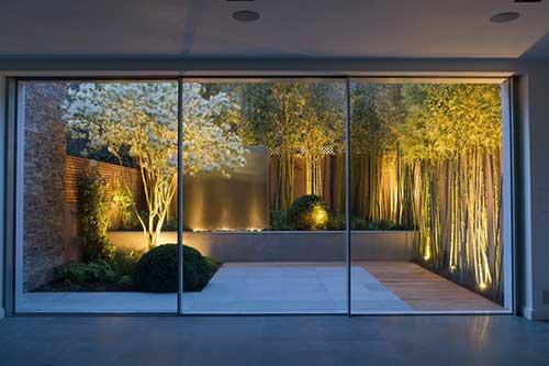 Jardim interno com iluminação forte