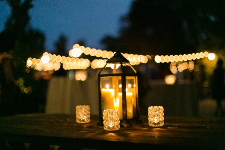 Lampiões com velas na iluminação de jardim