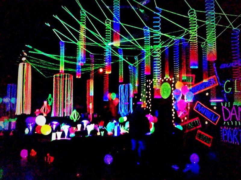 Linda decoração completa com iluminação neon
