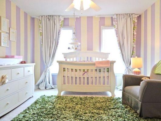 Listras amarelas e listras em lilás no quarto