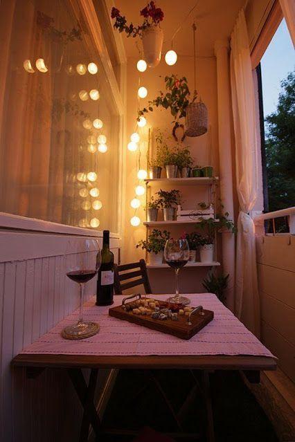 Luzes amaraelas decorativas na varanda