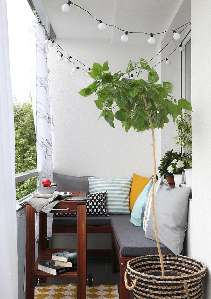 Luzes combinando com plantas decorando a varanda