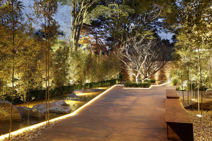 Luzes de led iluminando os caminhos no jardim