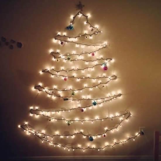Luzes decorando em formato de árvore