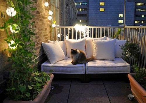 Luzes e plantas verdes na sua varanda iluminando