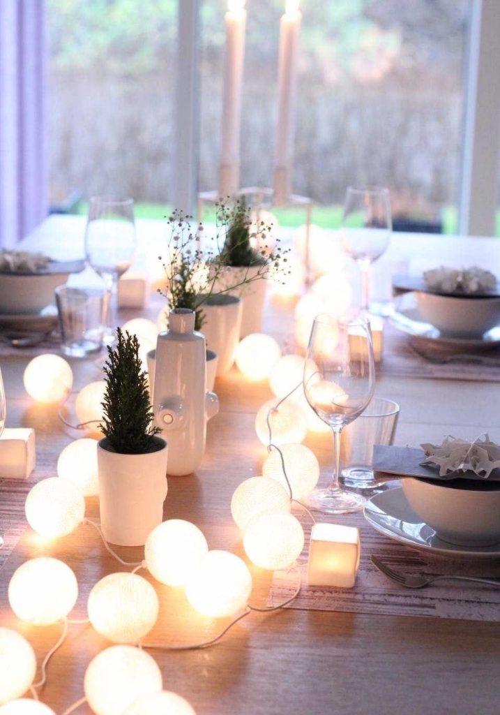 Luzes na decoração da mesa dos convidados