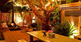 Luzes na decoração de natal no jardim penduradas em galhos de árvore
