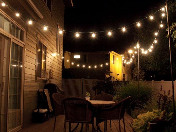 Luzes suspensa iluminando um jardim de fundo do quintal