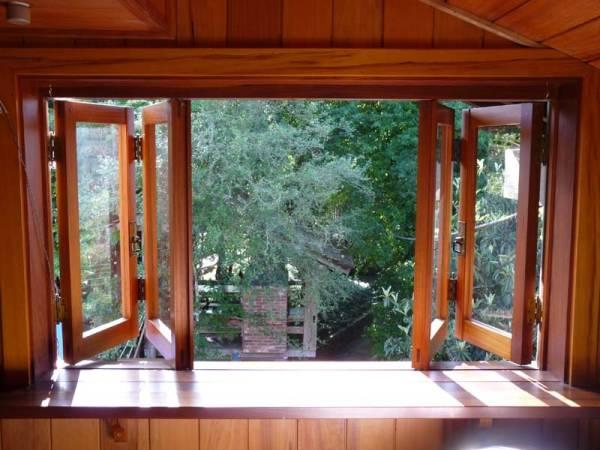 Madeira e vidro compondo a janela do quarto