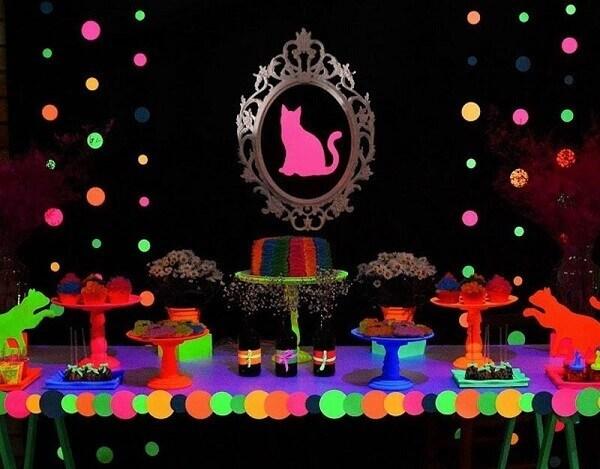 Mesa com tema festa neon