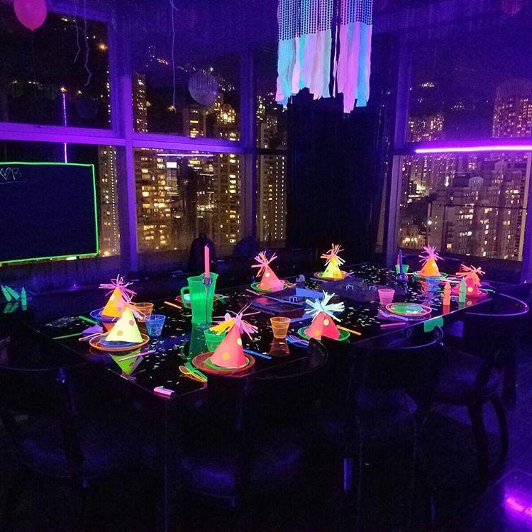 Mesa de festa infantil com decoração iluminada