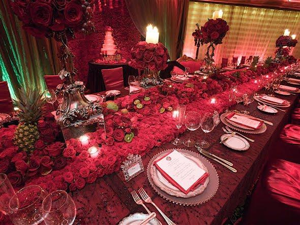 Mesa vemelha com velas em festa de casamento