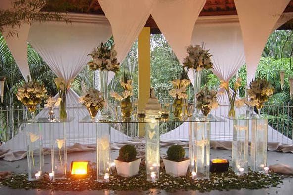 Mistura de luzes e tecidos na decoração de um casamento