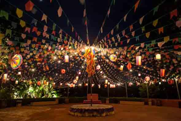 Muitas luzes para iluminar uma festa junina