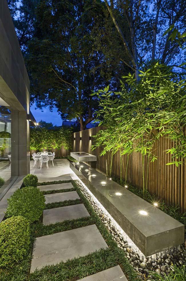 Muro do jardim iluminado
