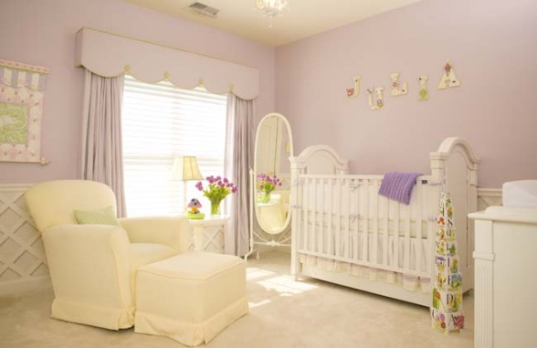 Paredes lilás em quarto para bebê