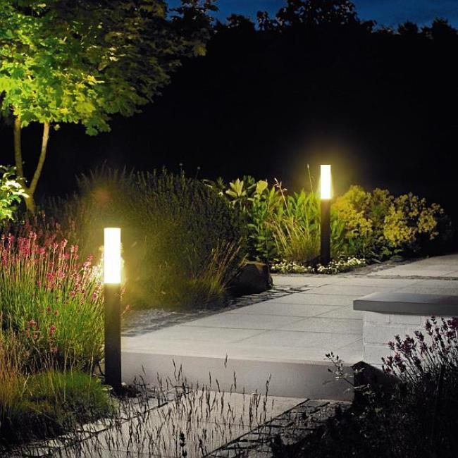 Pequena iluminação de jardim externa