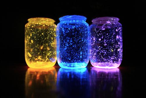 Potes com luzes neon diferente