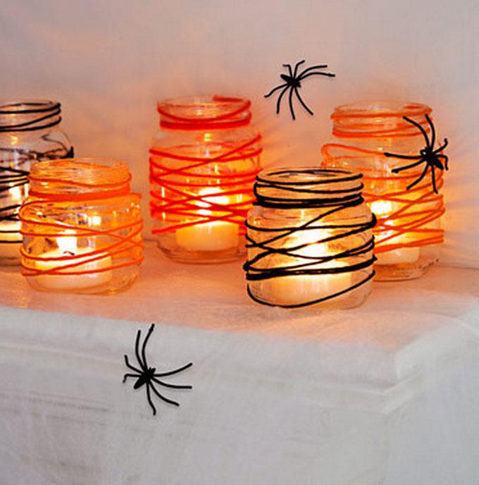 Potes decorados com luzes e aranhas artificiais para halloween