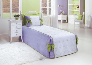 Quarto com detalhes em verde e lilás