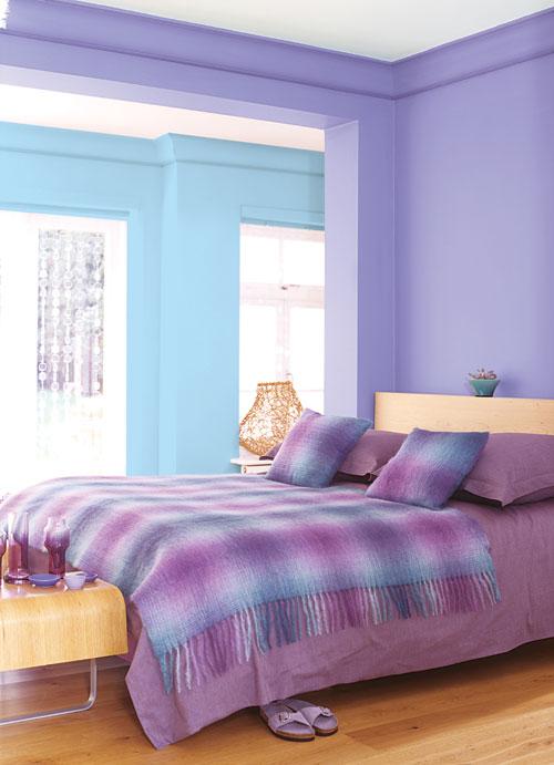Quarto decorado de casal com roupa de cama em lilás