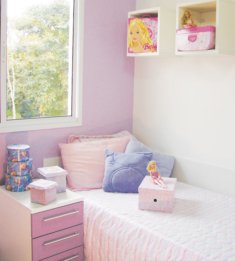 Quarto infantil com parede de trás em lilás