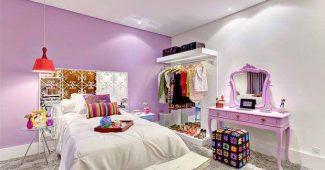 Roupa de cama branca e parede em lilás