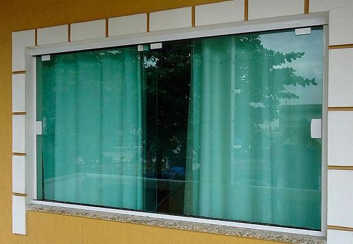 Vidro blindex na janela com parede amarela