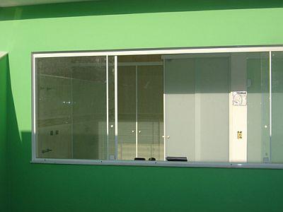 Vidro fume com boa visibilidade na janela do quarto
