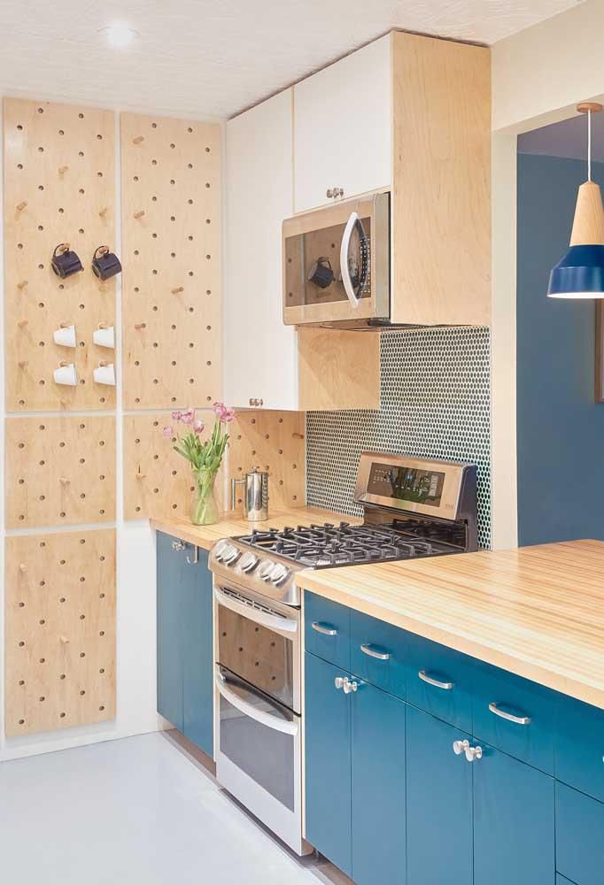azul e madeira clareada na cozinha