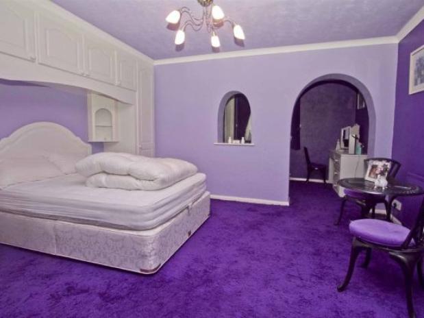 carpete em roxo e paredes em lilás