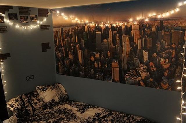 decorando com várias luzes a parede do seu quarto