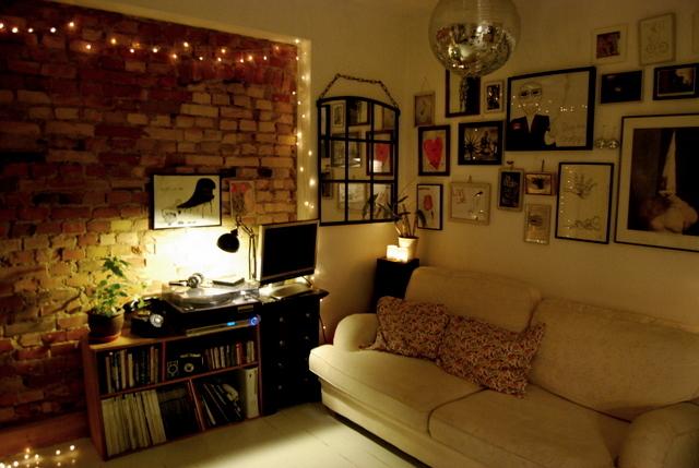 iluminação decorativa na parede rustica