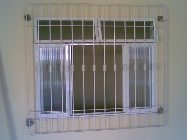 janela com grades verticais