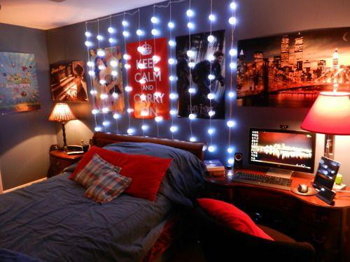 luzes decorando junto com posters