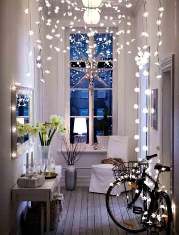 luzes natalinas no corredor de entrada
